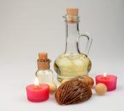 碗构成浮动的gerber温泉向毛巾扔石头 有气味的蜡烛、咖啡豆、芳香木球和油在一个玻璃水罐有停止者的 免版税库存照片