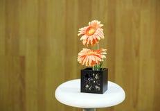 Gerbera в черноте вазы на таблице Стоковое Изображение