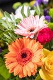 Gerbera in einem Blumenstrauß lizenzfreie stockfotografie