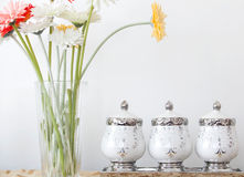 Gerbera-Gänseblümchen und keramische Schüssel Lizenzfreies Stockbild