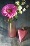 Gerbera kwiat w szklanej wazie Obrazy Stock