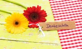 Gerbera twee bloeien en de groetkaart met Duits woord, Dankeschoen, middelendank royalty-vrije stock foto's