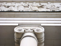 Gerechtigkeit Hall mit Ionenspalten und Dekoration des weißen Marmors. Stockfotografie