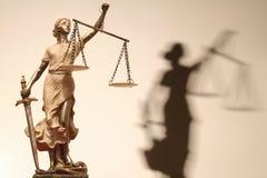 Gerechtigkeit ist blind (? oder möglicherweise nicht) stockbilder