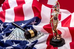Gerechtigkeit und die amerikanische Flagge Stockfotos
