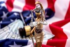 Gerechtigkeit und die amerikanische Flagge Stockbild