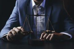Gerechtigkeit und Gesetzeskonzept Männlicher Rechtsanwalt im Büro mit Messingskala auf Holztisch, reflektierte sich stockfoto