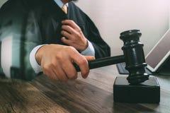 Gerechtigkeit und Gesetzeskonzept Männlicher Richter in einem Gerichtssaal, der den g schlägt Stockbild