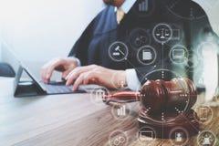 Gerechtigkeit und Gesetzeskonzept Männlicher Richter in einem Gerichtssaal mit dem Hammer lizenzfreies stockbild