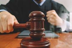 Gerechtigkeit und Gesetzeskonzept Männlicher Richter in einem Gerichtssaal mit dem Hammer Stockbild