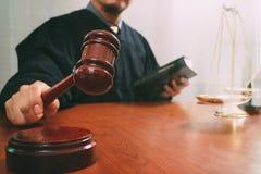 Gerechtigkeit und Gesetzeskonzept Männlicher Richter in einem Gerichtssaal mit dem Hammer Lizenzfreies Stockfoto