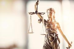 Gerechtigkeit verband Damenholdingskalen und Klingenstatue die Augen lizenzfreies stockfoto