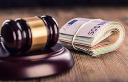Gerechtigkeits- und Eurogeld Fünf, 10 und fünfzig Eurobanknoten Gerichtshammer und gerollte Eurobanknoten Darstellung von Korrupt Lizenzfreies Stockfoto