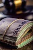 Gerechtigkeits- und Eurogeld Fünf, 10 und fünfzig Eurobanknoten Gerichtshammer und gerollte Eurobanknoten Darstellung von Korrupt Lizenzfreie Stockfotos