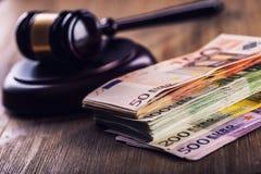 Gerechtigkeits- und Eurogeld Fünf, 10 und fünfzig Eurobanknoten Gerichtshammer und gerollte Eurobanknoten Darstellung von Korrupt Lizenzfreie Stockfotografie