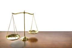 Gerechtigkeitsbalance auf dem Holztisch lokalisiert auf weißem Hintergrund Lizenzfreie Stockbilder