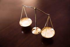 Gerechtigkeitsbalance auf Holztisch Stockbild