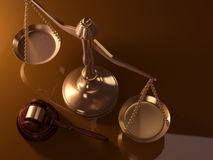 Gerechtigkeitskala und -hammer Stockbilder