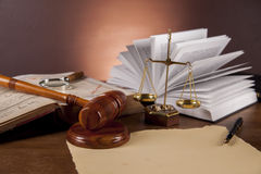 Gerechtigkeitskonzept mit Hammer auf dunklem Hintergrund Lizenzfreie Stockfotos
