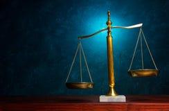 Gerechtigkeitsskala auf blauem Hintergrund Stockfotografie