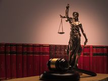 Gerechtigkeitsstatue, Gesetzbücher und hölzerner Hammer lizenzfreie stockfotografie