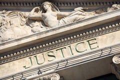Gerechtigkeitszeichen auf einem Gerichtssaal-Gebäude, Abschluss oben Lizenzfreie Stockbilder