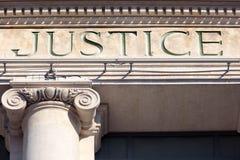 Gerechtigkeitszeichen auf einem Gerichtssaal-Gebäude, Gerichte Lizenzfreie Stockbilder