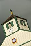 Gerechtsgebouw clocktower in lei grijze hemel stock afbeeldingen
