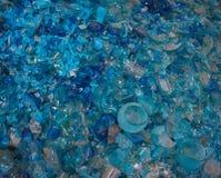 Gerecycleerd glas om voor het maken van hand geblazen voorwerpen te smelten Stock Afbeeldingen
