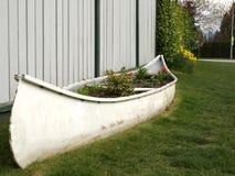 Gerecycleerde, opnieuw gebruikte kano als bloembed Royalty-vrije Stock Fotografie