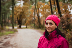 Gereifte Frau im Wald Stockbilder
