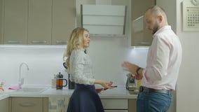 Gereizte Frau enttäuscht durch nicht bereites Frühstück stock video footage
