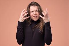 Gereiztes Mädchen hat Gesichtsausdruck, Gesten aktiv missfallen lizenzfreie stockfotografie