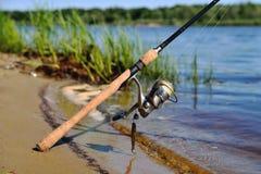 Gerencio no banco da linha de pesca isca do rio do silicone sobre fotos de stock