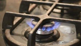 Gerencio no fogão de gás do cooktop da cozinha pelo auto fim mais claro acima na chama video estoque