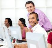 Gerente assertivo que verific o trabalho do seu empregado dentro Fotos de Stock