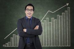 Gerente bem sucedido com crescimento de estatísticas financeiras Imagens de Stock Royalty Free