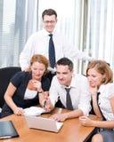 Gerente com os trabalhadores de escritório na reunião imagens de stock