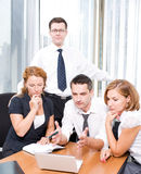 Gerente com os trabalhadores de escritório no quarto de placa Fotos de Stock Royalty Free