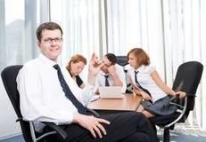 Gerente com os trabalhadores de escritório no quarto de placa foto de stock royalty free