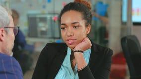 Gerente da hora do africano que escuta para amadurecer o candidato na entrevista de trabalho no escritório vídeos de arquivo