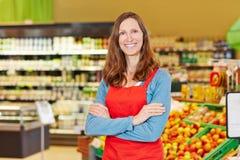 Gerente da loja de sorriso no supermercado Fotos de Stock