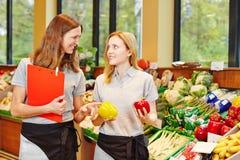 Gerente da loja no supermercado Imagens de Stock Royalty Free