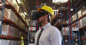 Gerente de depósito masculino em VR goggles 4k video estoque
