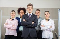 Gerente de sorriso And Team Standing At Call Center Fotografia de Stock Royalty Free