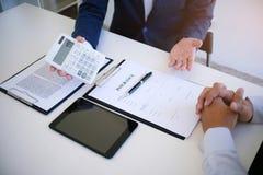 Gerente de vendas que dá o original do formulário de candidatura do conselho, consideri Foto de Stock