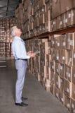 Gerente do armazém que verifica seu inventário fotos de stock