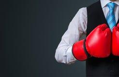 Gerente do encaixotamento com as luvas vermelhas no fundo preto Fotos de Stock Royalty Free
