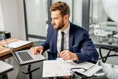 Gerente do imposto que trabalha no escritório imagens de stock royalty free