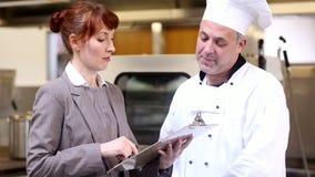 Gerente do restaurante que fala com o cozinheiro chefe principal video estoque